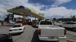 Sejumlah kendaraan mengantre di sebuah SPBU saat Badai Delta mendekati Puerto Morelos, Negara Bagian Quintana Roo, Meksiko, 6 Oktober 2020. Badai Delta diperkirakan akan melanda Negara Bagian Quintana Roo dengan hujan lebat, angin kencang, dan gelombang setinggi 10 meter. (Xinhua/Mauricio Collado)