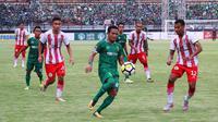 Penggawa Persebaya Surabaya Oktafianus Fernando dikepung pemain Sarawak FA pada laga di Gelora Bung Tomo, Minggu (18/3/2018). (Liputan6.com/Dimas Angga P)