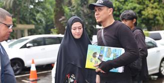 Artis senior Lyra Virna menyambangi Polda Metro Jaya, Kamis (23/3/2018). Lyra datang sekitar pukul 14.30 WIB didampingi suami, Fadlan dan kuasa hukumya Razman Arif Nasution. (Nurwahyunan/Bintang.com)