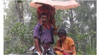 Kisah Ayah Rela Payungi Anaknya saat Kelas Online di Tengah Hujan, Bikin Haru (Sumber: Twitter/@puchhappady82)