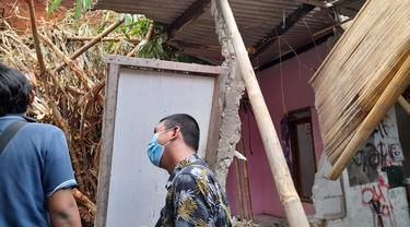 Dua rumah di Kelurahan Keranggan, Kecamatan Setu, Kota Tangerang Selatan rusak para akibat longsor. (Liputan6.com/Pramita Tristiawati)