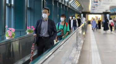 Orang-orang menggunakan marga laju atau autowalk di Tokyo, 14 Juni 2020. Pemerintah kota metropolitan Tokyo pada Minggu (14/6) mengonfirmasi 47 kasus baru corona beberapa hari setelah Gubernur Yuriko Koike mencabut status waspada COVID-19 agar semua bisnis dapat dibuka kembali. (Xinhua/Du Xiaoyi)
