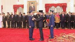 Presiden Joko Widodo menyematkan tanda jabatan sebagai Panglima TNI kepada Marsekal Hadi Tjahjanto di Istana Negara, Jakarta, Jumat (8/12). Hadi Tjahjanto mengantikan Gatot Nurmantyo. (Liputan6.com/Angga Yuniar)