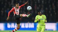 Bek PSV Eindhoven, Joshua Brenet, berharap bisa menghadapi Barcelona pada babak 16 besar Liga Champions. (AFP/John Thys)