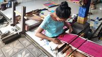 Kerajinan tenun tradisional kain Gringsing (Geringsing). Sebuah kain tenun ikat ganda yang kerap digunakan untuk berbagai upacara adat di Bali.