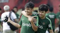 Pemain Timnas Indonesia U-22, Witan Sulaeman, bercanda dengan luthfi kamal, saat latihan di Lapangan ABC, Senayan, Sabtu (12/1). Witan menjadi pemain termuda dalam seleksi Timnas Indonesia U-22 dengan usia 17 tahun. (Bola.com/M Iqbal Ichsan)