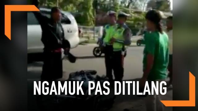 Tak hanya Adi Saputra, seorang pria di Gorontalo juga coba hancurkan motornya karena tak terima saat ditilang polisi.