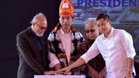 (Ki-ka) Wali Nanggroe Malik Mahmud Al Haytar, Presiden Jokowi, Gubernur Aceh Zaini Abdullah dan Menhub Ignasius Jonan menekan tombol sirine saat meresmikan Bandara Rembele, di Kabupaten Bener Meriah, Provinsi Aceh, Rabu (2/3). (Foto : Setpres)