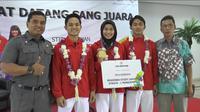 Defia Rosmaniar (tengah) disambut meriah di kampusnya STIE Kesatuan, Bogor (Liputan6.com/Achmad Sudarno)