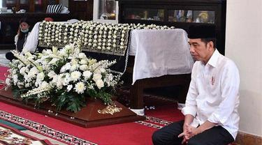 7 Momen Jokowi Kuburkan Ibundanya, Turun Langsung ke Liang Lahat