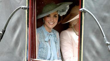Duchess of Cambridge Kate Middleton saat menghadiri ajang pacuan kuda Royal Ascot di Ascot, Inggris, Selasa (18/6/2019). Kate tampil cantik dengan mengenakan topi atau fascinator motif bunga berwarna biru muda. (Steve Parsons/PA via AP)
