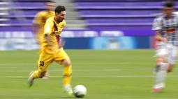Striker Barcelona, Lionel Messi, menggiring bola saat melawan Real Valladolid pada laga La Liga di Stadion Jose Zorrilla, Sabtu (11/7/2020). Barcelona menang 1-0 atas Real Valladolid. (AP Photo/Manu Fernandez)