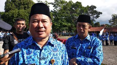 Bupati Garut Rudy Gunawan saat memberikan keterangannya kepada wartawan di Garut