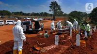 Petugas saat memakamkan pasien Covid-19 di TPU Pondok Ranggon, Jakarta Senin (7/9/2020). Petugas pemakaman mengatakan terjadi lonjakan jenazah yang terjadi dalam satu bulan lebih terakhir dengan  memakamkan lebih  30 jenazah dalam satu hari. (merdeka.com/Arie Basuki)