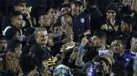 Pelatih Arema FC, Milomir Seslija, bersama pemain merayakan gelar juara Piala Presiden 2019 usai menaklukkan Persebaya Surabaya di Stadion Kanjuruhan, Jumat (13/4). Arema FC menang 2-0 atas Persebaya. (Bola.com/Yoppy Renato)
