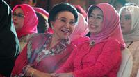 Ketua Dewan Penasehat Perempuan PERTIWI, Mooryati Soedibyo (kiri) berbincang dengan Ibunda Presiden Joko Widodo, Sudjiatmi Notomiharjo saat acara penghargaan Perempuan Tangguh Award 2018 di Jakarta, Sabtu (22/12). (Liputan6.com/Helmi Fithriansyah)