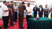 Jaksa Agung M Prasetyo menyerahkan barang hasil rampasan dari terpindana korupsi ke Kejati NTT. (dok Kejaksaan Agung)