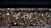 Terlihat tumpukan sampah plastik, kayu, stirofoam dan sampah lainnya dari aliran Kali Banjir Kanal Barat yang menumpuk di wilayah Roxy, Jakarta Pusat, Jumat (31/10/14). (Liputan6.com/Johan Tallo)