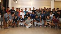 Suasana kebersamaan Persebaya Surabaya setelah ditraktir makan oleh sang pelatih, Djadjang Nurdjaman, yang baru saja menyelesaikan kursus kepelatihan AFC Pro. (Bola.com/Aditya Wany)