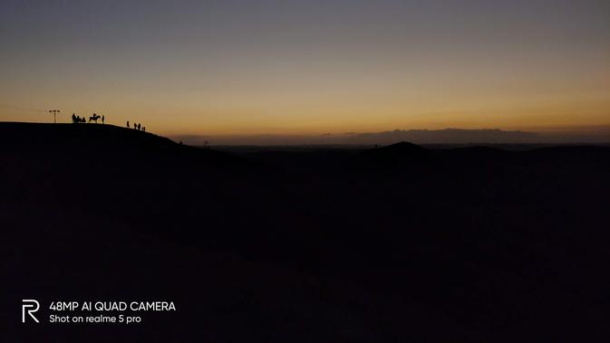 Mengabadikan sunset di Bukit Wairinding, Sumba Timur menggunakan kamera Realme 5 Pro dengan mode manual. Liputan6.com/Isk