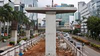 Suasana konstruksi layang proyek LRT yang sepi dari aktivitas di kawasan Kuningan, Jakarta Selatan, Rabu (21/2). Presiden Jokowi meminta semua proyek konstruksi layang (elevated) dihentikan sementara. (Liputan6.com/Immanuel Antonius)