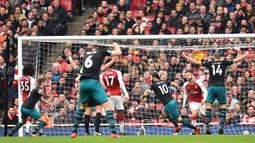 Proses terjadinya gol yang dicetak striker Southampton, Charlie Austin, ke gawang Arsenal pada laga Premier League di Stadion Emirates, London, Minggu (8/4/2018). Arsenal menang 3-2 atas Southampton. (AFP/Glyn Kirk)