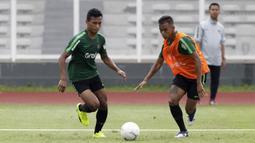 Pemain Timnas Indonesia U-22, Osvaldo Haay, beradu cepat dengan Dallen Doke saat latihan di Stadion Madya Senayan, Jakarta, Selasa (29/1). Latihan ini merupakan persiapan jelang Piala AFF U-22. (Bola.com/Yoppy Renato)