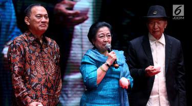 Presiden Ke-5 Megawati Soekarno Putri (tengah) bersama Founder Ciputra Group, Ir. Ciputra (kanan) dan Gubernur BI Agus Martowardojo saat menghadiri peluncuran buku di Jakarta, Rabu (29/11). (Liputan6.com/JohanTallo)