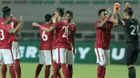Para pemain Timnas Indonesia U-23 saat melawan Bahrain pada laga PSSI Anniversary Cu 2018 di Stadion Pakansari, Bogor, (26/4/2018). Bahrain menang 1-0. (Bola.com/Nick Hanoatubun)