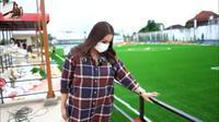 Momo Geisha meninjau pembangunan stadion sepakbola yang dibuat sang suami (YouTube/ Momo Youtube Channel)