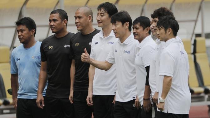 Manajer pelatih Timnas Indonesia, Shin Tae-yong, bersama staf pelatih saat sesi latihan di Stadion Wibawa Mukti, Cikarang, Senin (13/1/2020). Sebanyak 51 pemain mengikuti seleksi untuk memperkuat skuat utama Timnas Indonesia U-19. (Bola.com/M Iqbal Ichsan