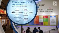Petugas berbincang dengan pengunjung selama pameran niaga bahan baku industri farmasi Convention on Pharmaceutical Ingredients South East Asia (CPhI SEA) 2018 di JIExpo Jakarta, Kamis (29/3). (Liputan6.com/Angga Yuniar)
