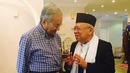 Bakal calon Wakil Presiden Kiai Ma'ruf Amin, bertemu dengan PM Malaysia, Mahathir Mohamad di Kuala Lumpur, Sabtu (8/9). Kunjungan dalam rangka silaturahmi disela-sela kegiatan Ma'ruf menghadiri acara di Kuala Lumpur. (Liputan6.com/Pool/Tim KH Ma'ruf Amin)