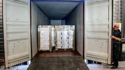 Petugas bea cukai memperlihatkan kontainer berisi 90.000 botol vodka setelah disita di pelabuhan Rotterdam, Belanda, Selasa (26/2). Vodka itu diduga akan dikirim untuk pemimpin Korea Utara Kim Jong-un dan para jajaran militernya. (Robin UTRECHT/ANP/AFP)