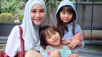 Zaskia Adya Mecca bersama dua putrinya, Sybil dan Kala. Tingkah polah dua putrinya sering membuat orang gemas [Foto: Instagram Zaskia Adya Mecca]