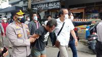 Polisi amankan pelaku penusukan anggota TNI AD di Matraman, Jakarta Timur. (foto: istimewa).