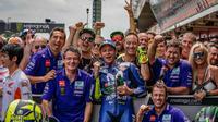 Pembalap Movistar Yamaha, Valentino Rossi saat merayakan podium ketiga MotoGP Catalunya 2018. (Twitter/Yamaha Motor)