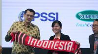 Sekjen PSSI, Ratu Tisha Destria, berpose bersama CEO PT Sewu Segar Nusantara (Sunpride), Josep Lay, usai penandatanganan kerja sama di ICE BSD. (Istimewa)