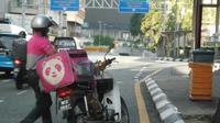 Seorang pengantar kiriman menaruh makanan untuk tunawisma di jalanan Kuala Lumpur (Dok.Facebook/We are Malaysians)