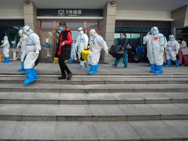 Para pasien yang telah dinyatakan sembuh berjalan keluar dari rumah sakit sementara Wuchang di Wuhan, Provinsi Hubei, 10 Maret 2020. Kelompok terakhir 49 pasien yang telah sembuh dari COVID-19 meninggalkan rumah sakit sementara Wuchang pada Selasa (10/3) sore. (Xinhua/Fei Maohua)