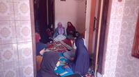 NAmpak para keluarga balita korban vaksin MR tengah berkabung di rumah duka Kp. Ciawitali, Jayaraga, Garut, Jawa Barat (Liputan6.com/Jayadi Supriyadin)