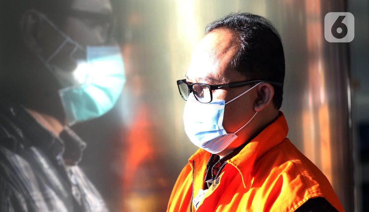 Tersangka dalam kasus dugaan korupsi pelaksanaan pekerjaan subkontraktor fiktif pada proyek-proyek yang dikerjakan PT Waskita Karya (Persero), Jarot Subana keluar dari gedung KPK usai menjalani pemeriksaan lanjutan, Jakarta, Rabu (30/9/2020). (Liputan6.comHelmi Fithriansyah)