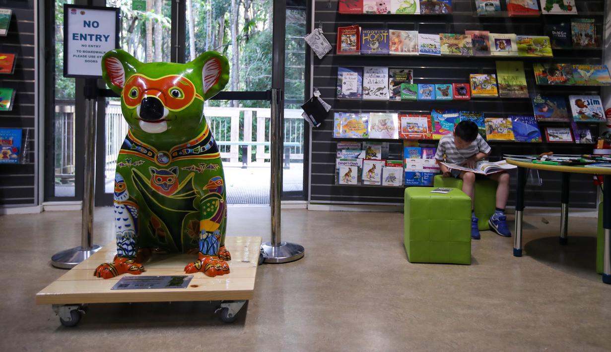 Patung koala terlihat di toko di cagar alam nasional Port Macquarie, New South Wales, Australia (7/10/2020). Sebuah acara bertajuk Hello Koalas Sculpture Trail menampilkan 77 patung koala di berbagai lokasi radius 10 km, digelar di kota pesisir tersebut untuk menarik wisatawan. (Xinhua/Bai Xuefei)