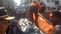 Petugas mengangkat mayat tanpa identitas dari sungai Cimanuk, Garut (Liputan6.com/Jayadi Supriadin)