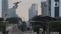 Arus lalu lintas kendaraan di jalan layang kawasan Pancoran, Jakarta, MInggu (12/4/2020). Dalam rangka percepatan penanganan COVID-19, Pemprov DKI Jakarta memberlakukan Pembatasan Sosial Berskala Besar (PSBB) selama 14 hari dimulai 10 April hingga 23 April 2020. (Liputan6.com/Helmi Fithriansyah)
