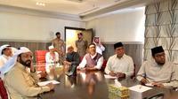 Ketua Harian Dewan Masjid Indonesia (DMI) Syafruddin bertemu dengan General Supervisor Pendirian MuseumAssalamu Alaika Ya Rasulullah,Dr. Nasir Al Zahrani di Mekkah. (Foto: Liputan6.com/Istimewa)