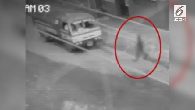 Rekaman sosok bayangan melewati lalu lintas padat di Filipina. Penampakan yang diduga hantu tersebut terjadi di siang hari.