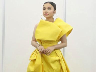 Tasya Rosmala dikenal dengan gayanya yang ceria dan enerjik. Gayanya didukung dengan penampilannya dengan busana-busana berwarna terang dengan gaya anak muda. (Liputan6.com/IG/@tasya_ratu_gopo).