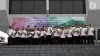 Para pemain dan pelatih tim bola voli putra dan putri Jakarta Pertamina Energi saat launching di Kantor Pusat Pertamina, Jakarta, Jumat (5/1). (Liputan6.com/Arya Manggala)
