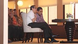 Menkumham Yasonna Laoly berbincang dengan Kepala BNPT Suhardi Alius saat acara MoU di gedung Kemenkumham, Jakarta, Kamis (31/5). Kerja sama tersebut terkait dengan penanggulangan tindak pidana terorisme. (Liputan6.com/Herman Zakharia)